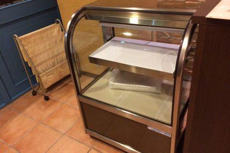 ケーキ用の冷蔵ショーケースがやってきた!
