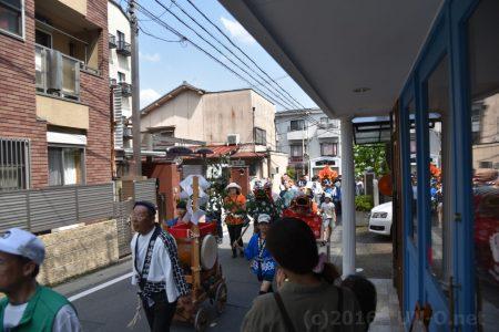 お店の前をこども神輿が通っていきました。